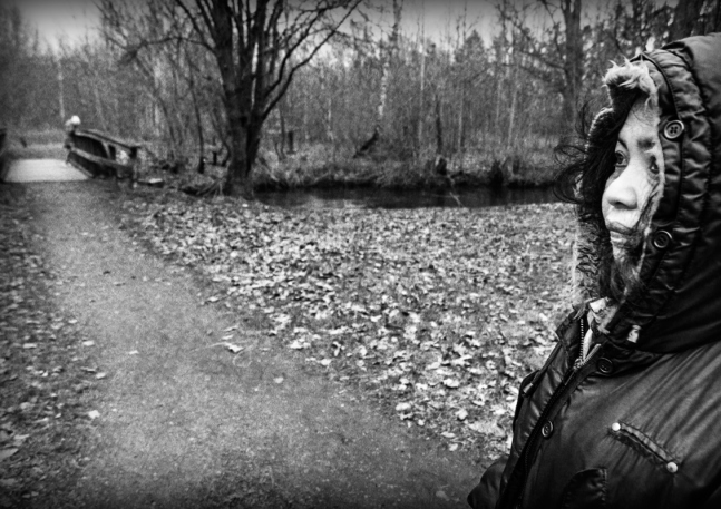 Emma och Sabina vid ån