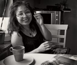 Min kära hustru vid köksbordet
